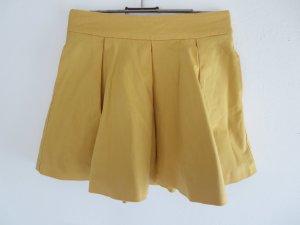 Faltenrock gelb ausgestellt