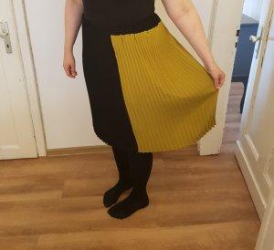 Jupe à plis noir-jaune