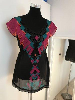 Farbenfroh trifft auf Schwarze Eleganz
