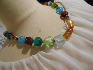 farbenfrohe kurze Kette mit bunten Elementen aus Muranoglas NEU