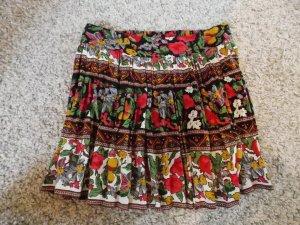farbenfroher Sommerrock mit Blümchen