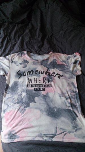 farbenfrohes T-shirt mit Aufdruck