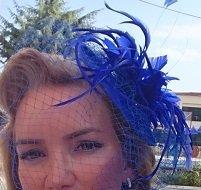 Fascinator royalblau mit Federn und Kurzschleier