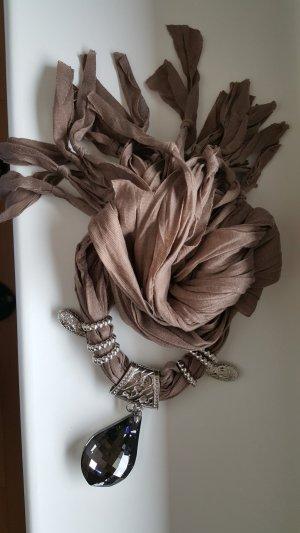 Fashion-Hingucker, Schal integriert mit einer Kette