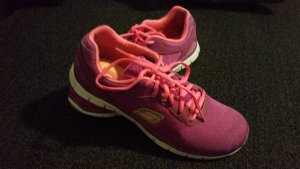 Fast neue Sketchers Turnschuhe in pink/lila
