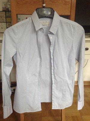 Fein blau/weiß gestreifte Bluse