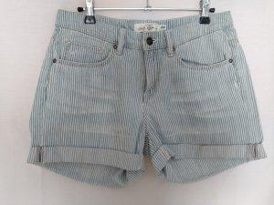 Fein gestreifte Shorts