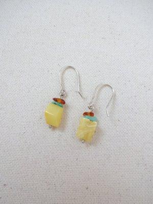 feine Ohrringe mit gelbem edelstein