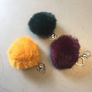 Fellbommel in verschiedenen Farben.