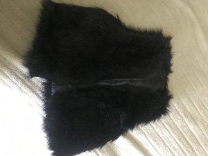 Jennifer Taylor Smanicato di pelliccia nero