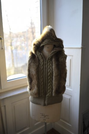 Fellweste mit Strick und Kaputze, edel, kuschelig, perfekt für den Winter