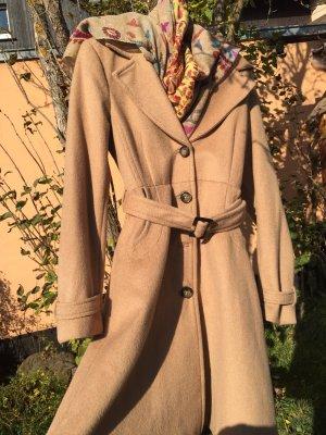 Femininer Mantel für den herbstlichen Übergang sandfarben