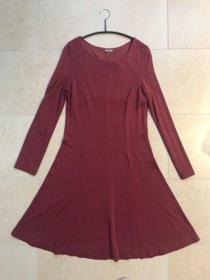 Feminines Kleid in burgunderrot