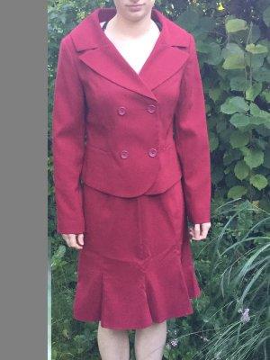 feminines Kostüm in kräftigem Rot