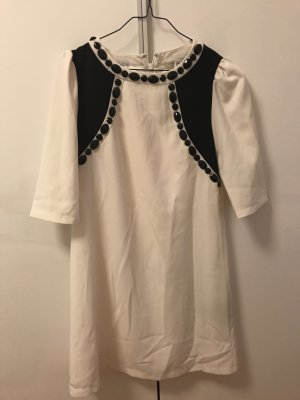 Festliches Kleid in weiß mit schwarzen Steinchen