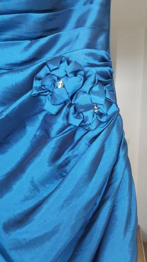 Festliches langes und ausgeszelltes Kleid
