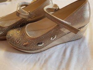 Festtagskleid für Mädchen. mit passenden Schuhen dazu.