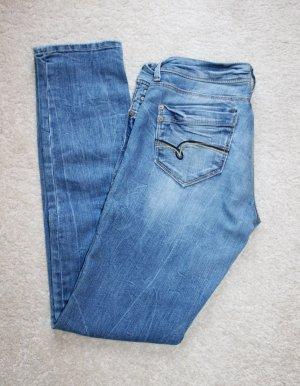 Figurbetonende Röhren Jeans