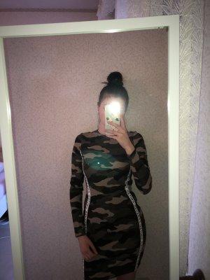 Figurbetontes Kleid in Camouflage von H&M