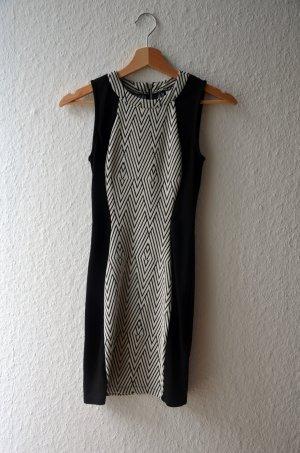 Figurbetontes, kurzes Kleid mit Muster