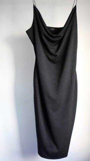 Figurbetontes, schwarzes Jerseykleid mit Wasserfallausschitt. Von River Island