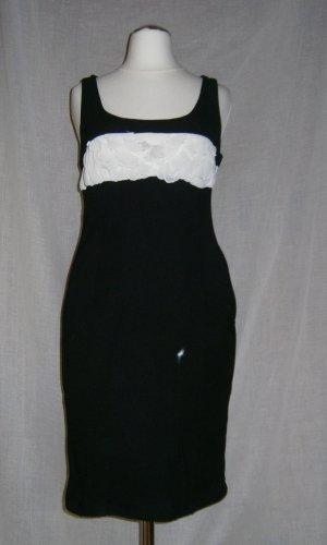Figurbetontes, schwarzes Kleid weißen Details