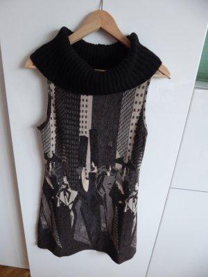 figurbetontes Wollkleid mit großem, weitem Rollkragen. Gr. S