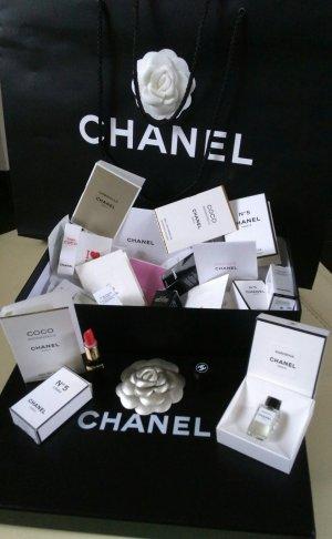 Filigrane Chanel Schlüssel-Taschenanhänger +Beauty Set in Chanel box