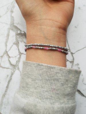 Filigrane elastische Armbänder mit silber- und rosafarbenen Perlen und kleinen silberfarbenen Zwischenperlen