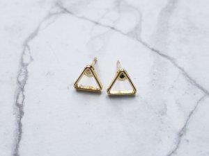 filigrane goldene Ohrringe Ohrsreckrt in Dreiecks Form