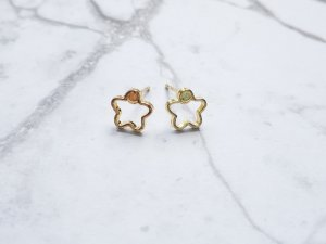 filigrane minimalistische  goldene Ohrringe in Blumen Form