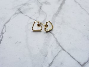 filigrane minimalistische  goldene Ohrringe in Herz Form