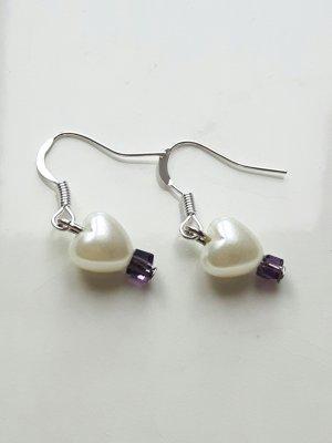 filigrane Ohrringe mit Herzperle und lilafarbenen Steinchen