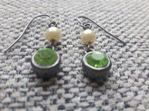 Filigrane Perlenohrringe mit grünen Steinen