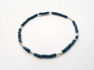 filigranes Armband mit dunkelblauen und silberfarbenen Perlen