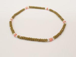 Filigranes Armband mit funkelnden olivegrünen, silberfarbenen und lachsfarbenen Perlen
