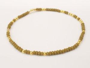 Filigranes Armband mit funkelnden olivegrünen und goldfarbenen Perlen