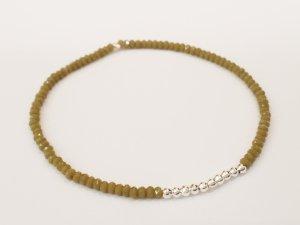 Filigranes Armband mit funkelnden olivegrünen und silberfarbenen Perlen