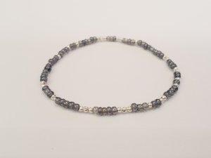 filigranes Armband mit grauen und silberfarbenen runden Perlen