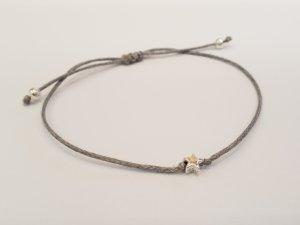 filigranes Armband mit grauen und silberfarbenen runden Perlen und silberfarbenem Stern