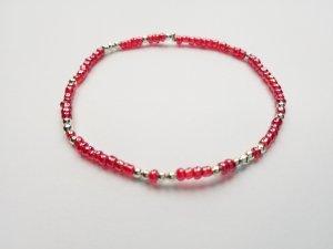 Filigranes Armband mit hellroten und silberfarbenen Perlen