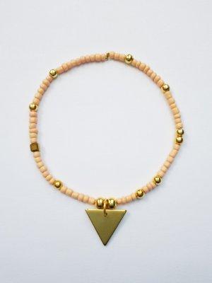 filigranes Armband mit Nudefarbenen und golfarbenen Perlen und goldfarbenem Dreiecksanhänger