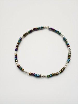 Filigranes Armband mit schwarzen und silberfarbenen Perlen