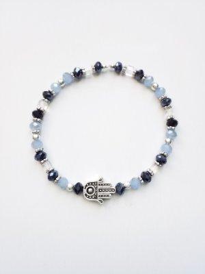 filigranes Armband mit silberfarbenen, hell- und dunkelblauen Perlen sowie Fatima (Hamsa) Anhänger