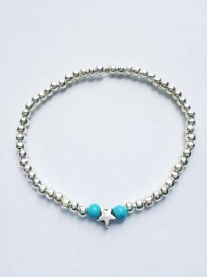 Filigranes Armband mit silberfarbenen Perlen und kleinem Sternchen.