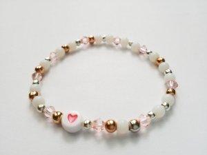 filigranes Armband mit weißen, rosafarbenen& silber- und rosegoldfarbenen Perlen sowie Herzperle