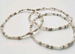 filigranes Armband mit weißen, rose-, grau beige- und silberfarbenen Perlen