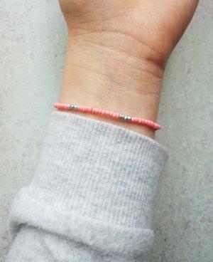 Filigranes elastisches Armband mit silbernen und lachsfarbenen Perlen