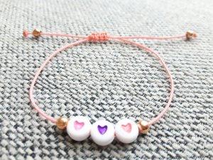 Filigranes Makrameearmband mit Herzchen und Perlen in Rosegold
