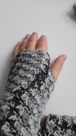 Knitted Gloves light grey-grey